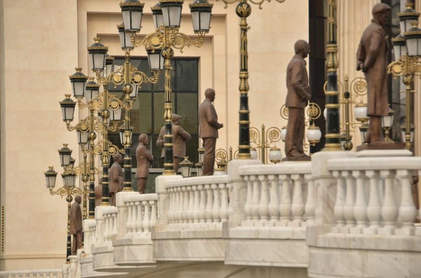 So many statues!!