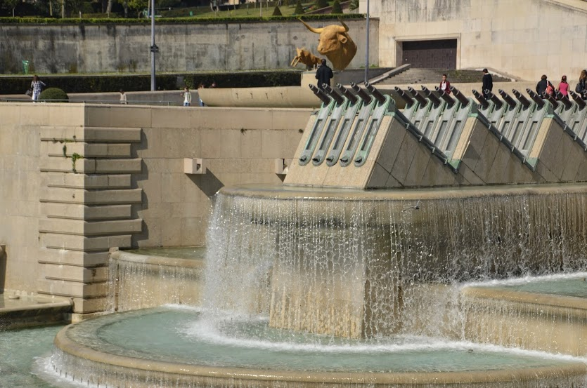 An massive fountain at Trocadero